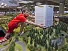 Model Ještědu v Království železnic zatím zakrývá papírová krabice.