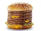 Osm plátků hovězího uvnitř sendvičové housky - to je Monster Mac od McDonald's.