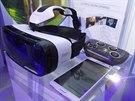 Vše, co potřebujete k virtuální realitě od Samsungu. Náhlavní soupravu pro chytrý telefon a u některých her i gamepad.