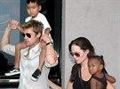 Brad Pitt, Angelina Jolie a jejich d�ti Maddox a Zahara (Bombaj, 12. listopadu 2006)
