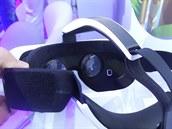 Náhlavní souprava Samsung Gear VR s dvěma čočkami. které upravují obraz z vloženého telefonu pro každé oko, aby byl dosažen správný stereoskopický vjem.