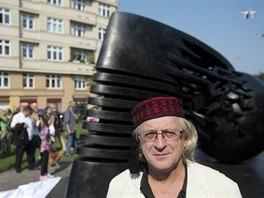 Autor Stefan Milkov pózuje u pomníku vědce Nikoly Tesly