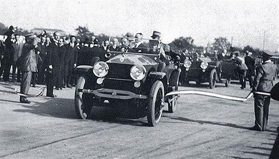 Italové v roce 1924 slavnostně otevřeli dálnici A8 mezi Milánem a Varese.