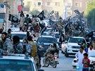 Přehlídka bojovníků Islámského státu ve městě Rakká (nedatovaný snímek)