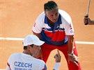 Český tenista Tomáš Berdych se baví na lavičce s kapitánem Jaroslavem Navrátilem při semifinále Davis Cupu.
