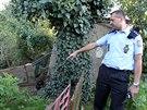 Policista ukazuje svah sesouvající se u domu Emílie a Stanislava Dostálových v Bulharech na Břeclavsku. Ve čtvrtek 18. září v poledne kvůli tomu museli svůj dům na základě rozhodnutí krizového štábu opustit.