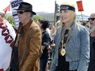 Neil Young a Daryl Hannahov� spolu �asto protestuj� za z�chranu �ivotn�ho prost�ed�.