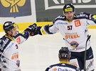 Vítkovičtí hokejisté slaví trefu Rostislava Olesze (57).