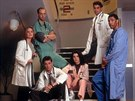 Sherry Stringfieldová, Anthony Edwards, Noah Wyle, Julianna Marguliesová, George Clooney a Eriq La Salle v seriálu Pohotovost (1994)