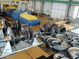 """Před modernizací novou turbínu technici """"složili""""  za generátorem."""