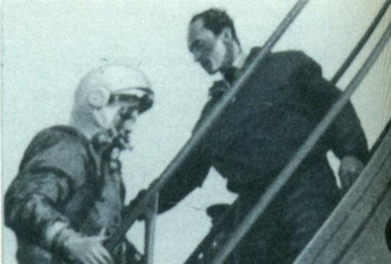 In�en�r Ivanovskij doprov�z� Jurije Gagarina na palubu lodi Vostok.