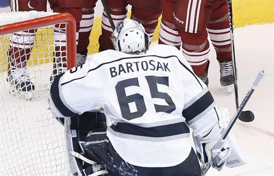 Losangelský brankář Patrik Bartošák byl překonán, sleduje radost protihráčů z Arizony.