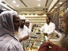 Muslimov� nakupuj� �perky v jednom z klenotnictv� v Mekce.