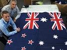 Novoz�landskou vlajku si lid� ze severn� polokoule �asto pletou s tou australskou (vpravo). I to je podle wellingtonsk�ch vlajk��� Victora Gizziho a Davida Moginieho jeden z d�vod�, pro� by m�l ostrovn� st�t svou letitou symboliku zm�nit.