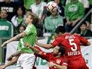 Nicklas Bendtner z Wolfsburgu (vlevo) přehlavičkoval Emira Spahiče a Gonzala Castra Leverkusenu.