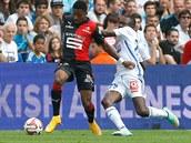 Steven Moreira (vlevo) z Rennes si brání míč před Giannellim Imbulou z Marseille.