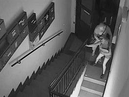 Napadení na chodbě domu na Slovanském náměstí zachytila bezpečnostní kamera. Dívka měla štěstí, pachatel se lekl světla.