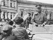 Při příjezdu do Lokte po obsazení českého území rozdával Vůdce úsměvy na všechny strany.