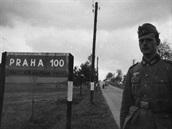 Foto na památku do alba, po Karlovarské státní silnici je to do Prahy už jen hodinu a půl jízdy autem.