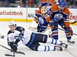 TVRDOST. David Musil z Edmontonu (87) poslal k ledu  Johna Alberta z Winnipegu.