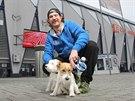 Něžný tvrďák. Při rozhovoru pro MF DNES si hokejista Ryan Hollweg na jednom vodítku hlídal své čtyřnohé miláčky. S manželkou se starají  o fenku Johanku a psa jménem Mylo.