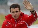 P�ED Z�VODEM. Jules Bianchi zdrav� div�ky p�ed Velkou cenou Japonska, kde utrp�l v�n� zran�n�.