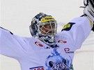 Liberecký Ján Lašák slaví výhru v nájezdech proti Pardubicím, za něž v roce 2005 vychytal titul.