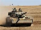 Turecké tanky zaujaly pozice u syrské hranice v provincii Sanliurfa. Na syrské straně hranice kurdské jednotky bojují s islamisty o město Kobani (6. října 2014).