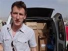 Peter Kassig na nedatovaném snímku před dodávkou naplněnou humanitární pomocí pro syrské uprchlíky.