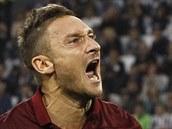JE TO TAM! Francesco Totti, fotbalista italského týmu AS Řím, se raduje z gólu, který vstřelil v zápase s Juventusem Turín.