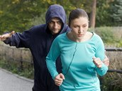 Nebezpečí číhá na běžce i běžkyně, a to i na frekventovaných místech.
