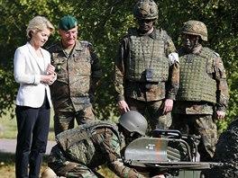 Německá ministryně obrany Ursula von der Leyenová hovoří s pešmergy, kteří se cvičí v Německu (2. října 2014).