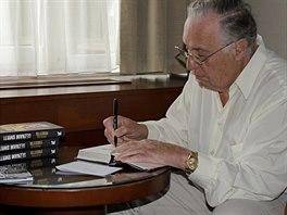 Spisovatel Frederick Forsyth podepisuje české vydání své zatím poslední knihy Seznam smrti (26. září 2014)