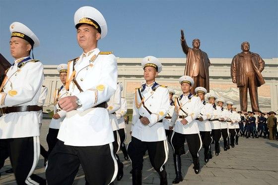 Severokorejští vojáci pochodují Pchjongjangem během oslav 69. výročí založení vládnoucí Strany práce (10. října 2014).