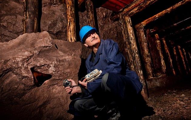 Karel Novotný, ředitel sdružení Důl Jana Šverma ze Žacléře, ukazuje důl Bohumír...