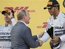 GRATULUJI. Ruský prezident Vladimir Putin gratuluje Lewisovi Hamiltonovi k vítězství ve Velké ceně Ruska. Vlevo je Nico Rosberg.