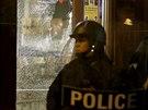 Kv�li zast�elen� �erno�sk�ho mlad�ka vypukly v St. Louis v noci na p�tek st�ety mezi demonstranty a polici�.