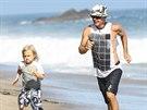 Dva fe��ci na pl�i v Malibu. Zp�v�k Gavin Rossdale se synem, kter�ho m� se zp�va�kou Gwen Stefani.