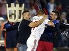 Srb�t� a alb�n�t� fotbalist� se rvou kv�li str�en� vlajce (14. ��jna 2014).