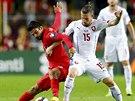 Český záložník Lukáš Vácha (vpravo) chce od míče odstavit tureckého útočníka Muhammeta Demira.