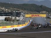 Velká cena formule 1 v Soči krátce po startu.