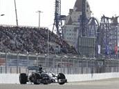 OSAMĚLÝ JEZDEC. Lewis Hamilton na nové dráze v Soči.