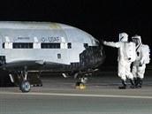 Kontrola bezpilotn�ho raketopl�nu X-37B po jeho t�et� misi.