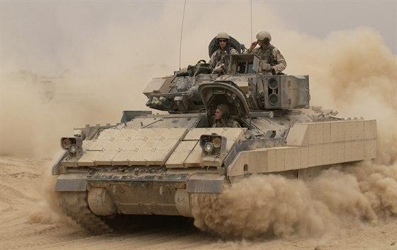 M2A2 Bradley během operace Enduring Freedom (Trvalá svoboda) v Iráku v říjnu 2004