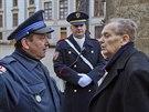 Filmový režisér Jan Němec přinesl ve středu odpoledne na Pražský hrad Medaili Za zásluhy II. stupně, kterou převzal v roce 2002 z rukou Václava Havla. (29. října 2014)