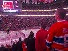 Montrealští fanoušci poslouchají kanadskou hymnu.