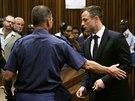 Justiční stráž odvádí Pistoriuse do cely poté, co si vyslechl výši trestu (21. 10. 2014)