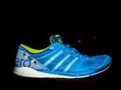 Krása boty Adidas Adizero Takumi Sen díky reflexní úpravě nejvíce vynikne v noci.