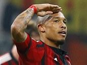Nigel De Jong z AC Milán slaví trefu v utkání s Fiorentinou.