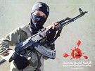 Snímek dětského vojáka, kterým se na Twitteru chlubí Islámský stát.
